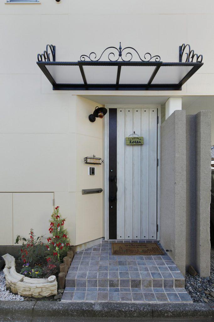 【玄関】 ランダムな色使いのアンティークタイルと 軽量で丈夫なロートアイアンの庇で、 ヨーロッパテイストに仕上がった玄関。