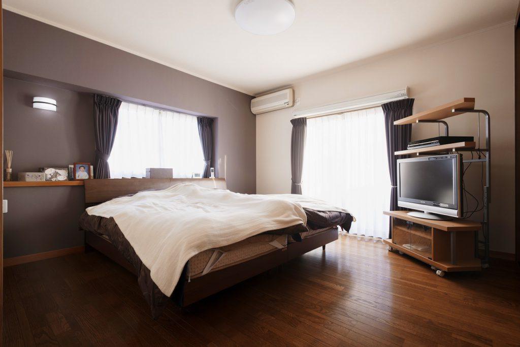 【寝室】 寝室の一面にアクセントクロス。 落ち着いた印の空間となりました。