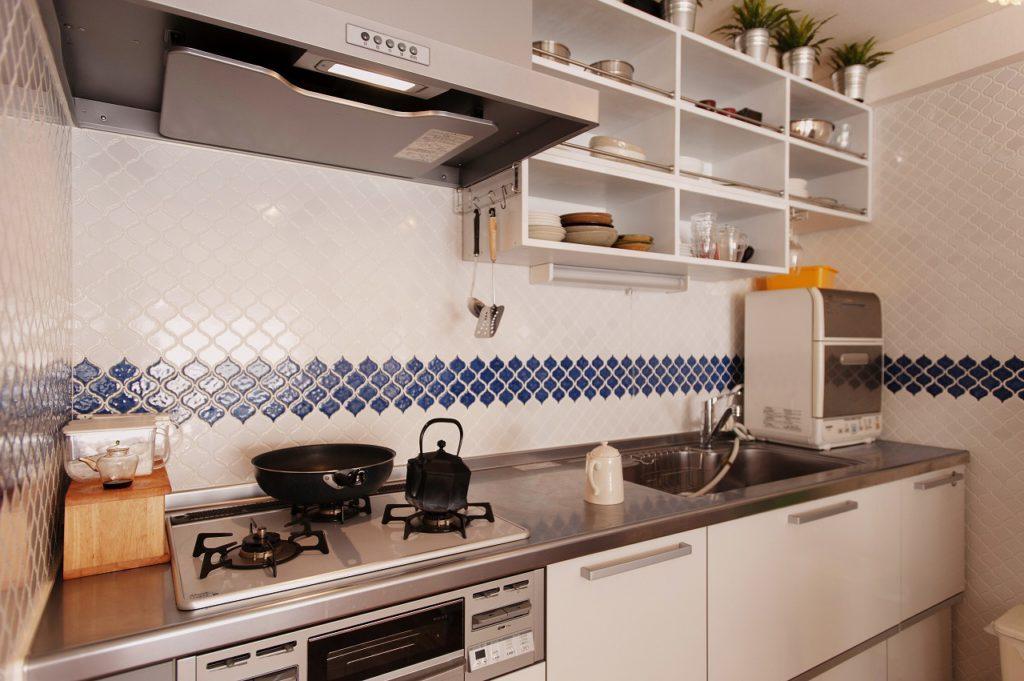 【キッチン】 タイルは名古屋モザイクタイルのコラベルです。 ブルーのラインがアクセントとなっております。