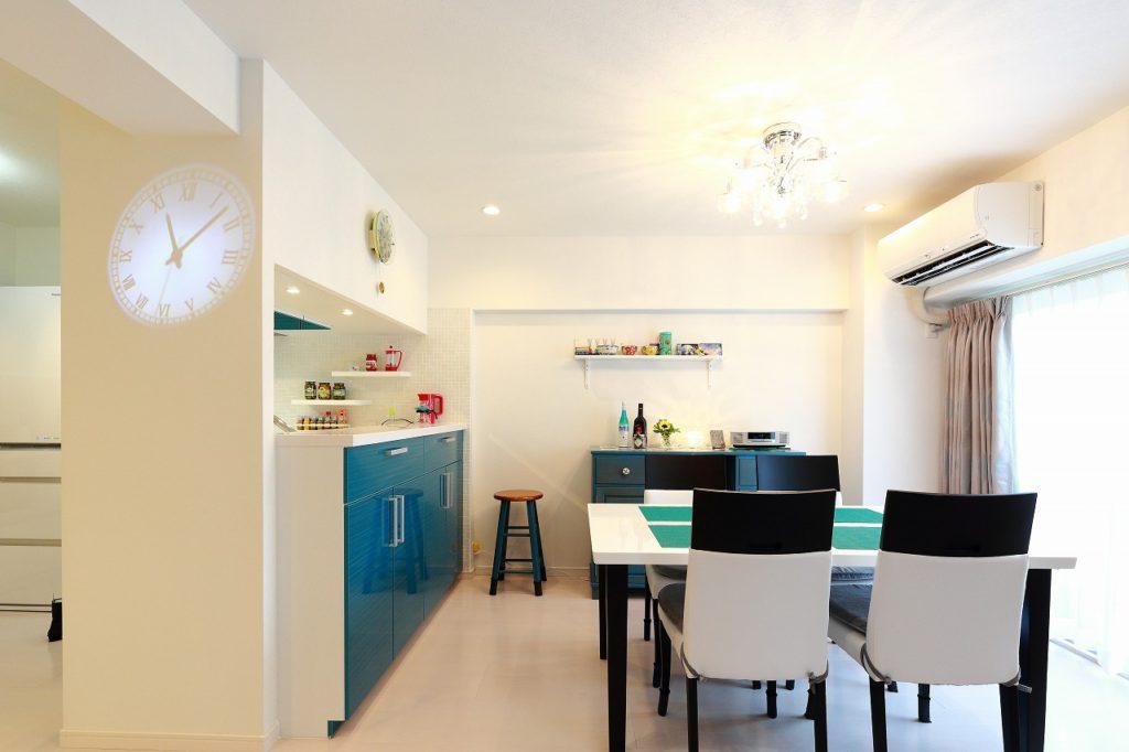 【LDK】鮮やかなブルーグリーンのキッチンが印象的な爽やかなダイニング。理想のカラースキームもお2人で妥協せずじっくり模索。家具や雑貨のカラーコーディネートも、家に合わせて楽しんでいらっしゃるのが伝わってきますね。