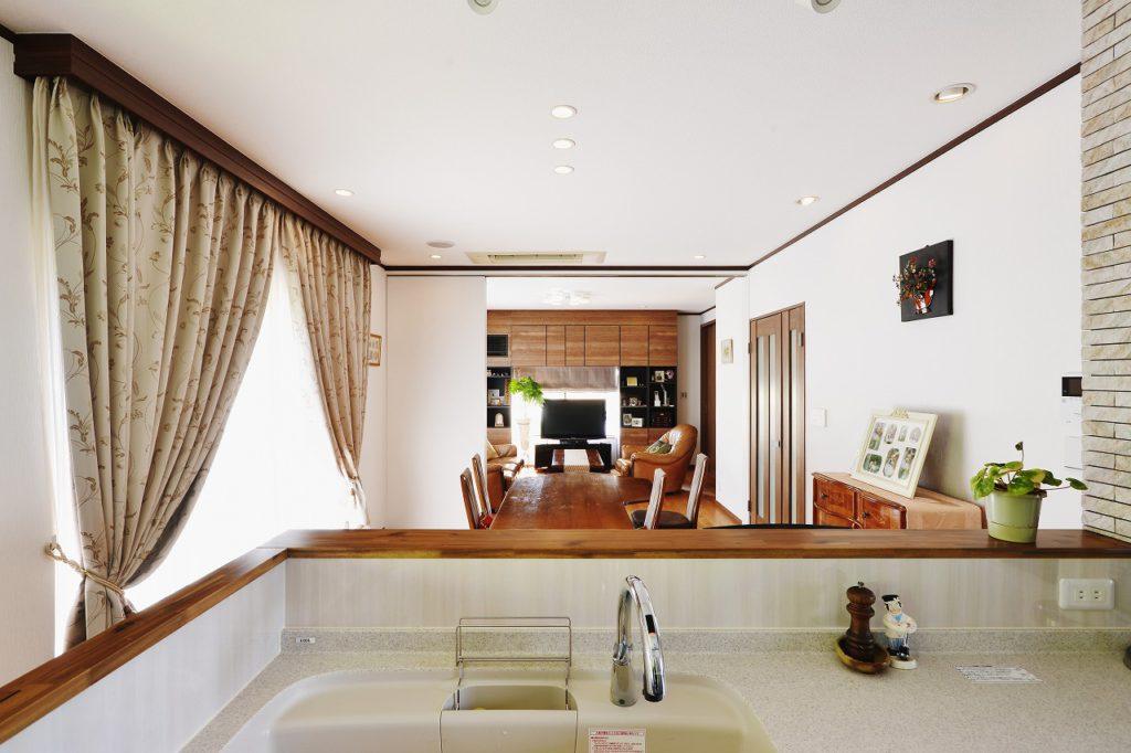 【LDK】 キッチンからリビングが一直線に見渡せ、ゆとりのある開放的な空間