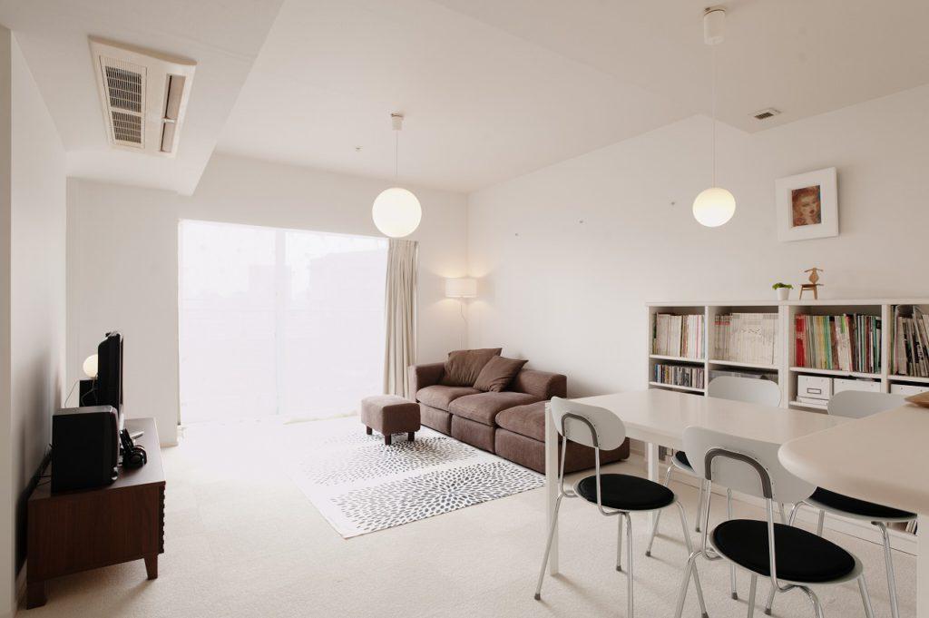 【LDK】 床も白のタイルカーペットとし 明るい空間となっております。