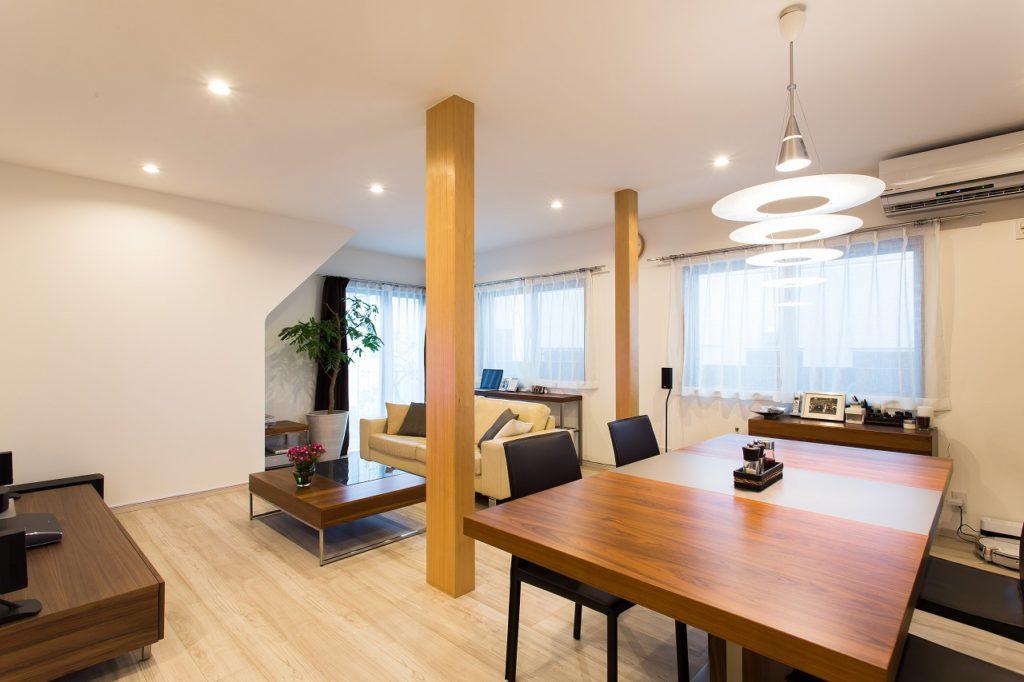 【LDK】 DKと和室と洋室の2部屋をつなげたときに残った柱を塗装して仕上げました。