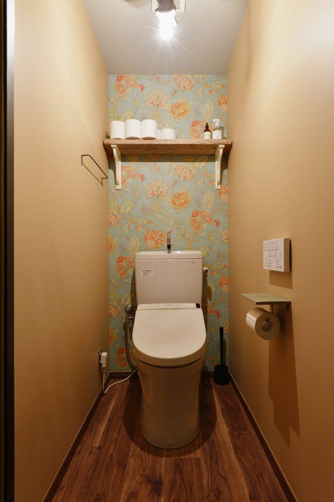 【トイレ】 隠れた我が家の主役 トイレも立派なひと部屋です。 しかも毎日必ず行きますし、インテリアに関しても目にする頻度は多い空間。 狭い分、かなり目線に入ってくるので、思い切り好きなアイテムで彩る いろいろ気にせず第一印象で決めたアイテムで揃えてみる。 そうすると、きっとトキメキ度は高く、トイレに入る度幸せな気持ちになりますよ。