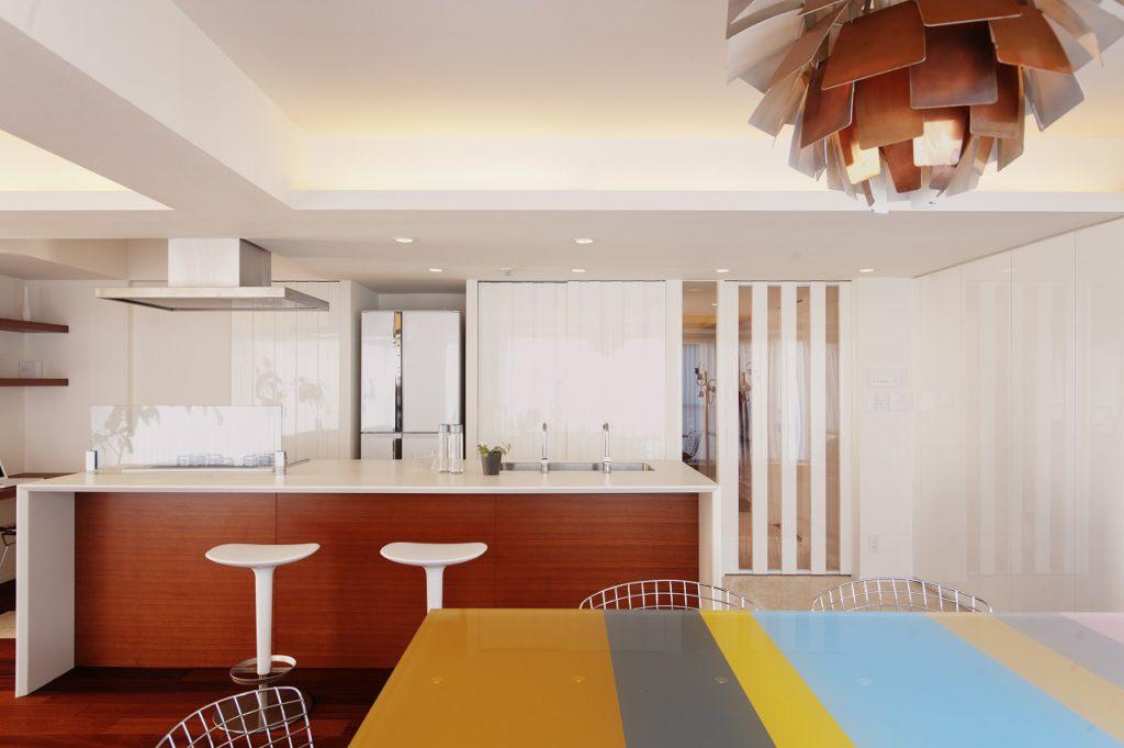 【LDK】 キッチンの背面にはパントリー入口、家電収納、リビング入口の意匠を合わせた建具が並びます