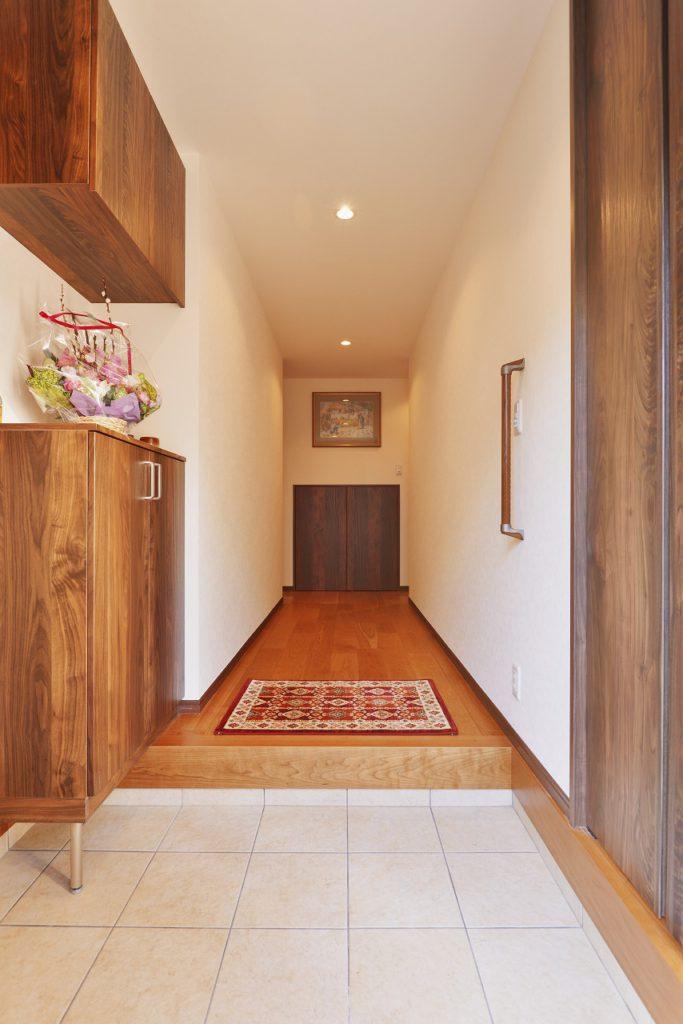 【玄関】 玄関横にはウォークスルー収納も造作し、 家族5人分の靴も十分収納できます。
