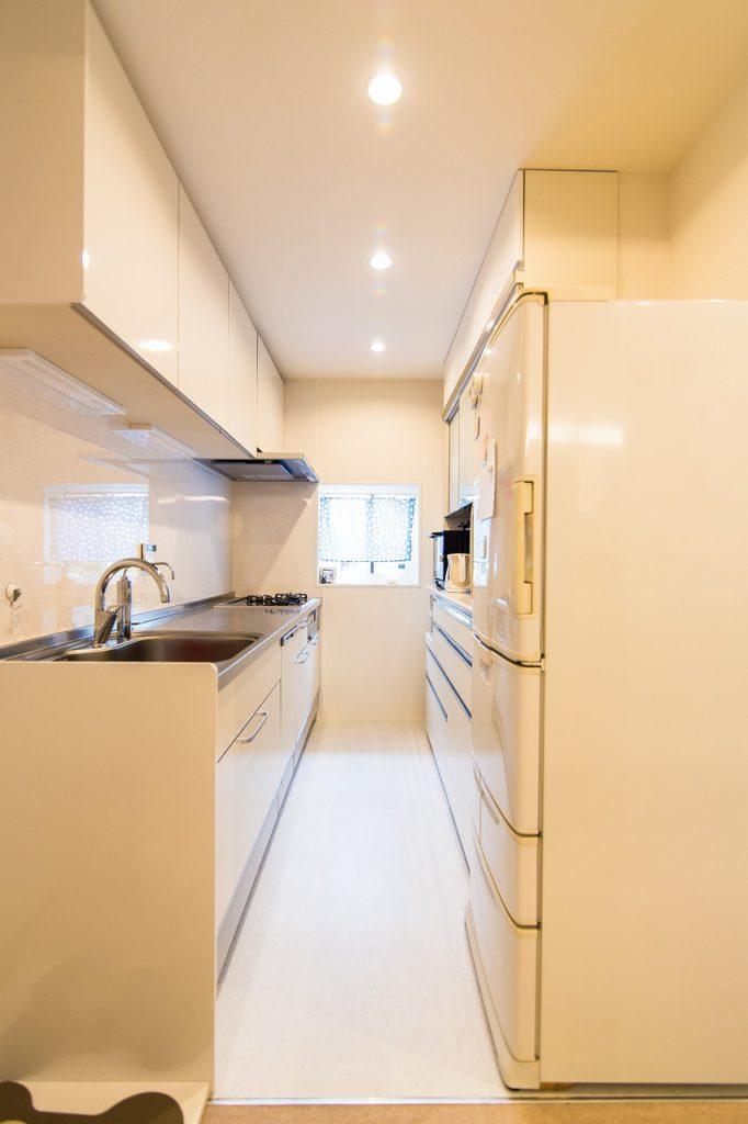 【キッチン】 効率重視で、通路幅は最小限に。