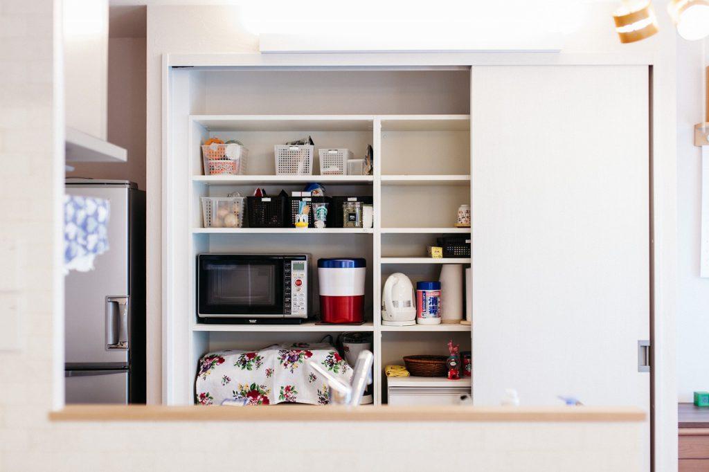 【収納】 キッチン背面には大型の収納を造作。フレキシブルで使いやすい収納。