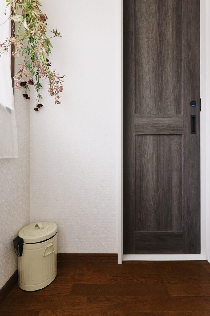 【廊下】トイレドア。ドアの色は統一せず、あえて一枚一枚選定しました。