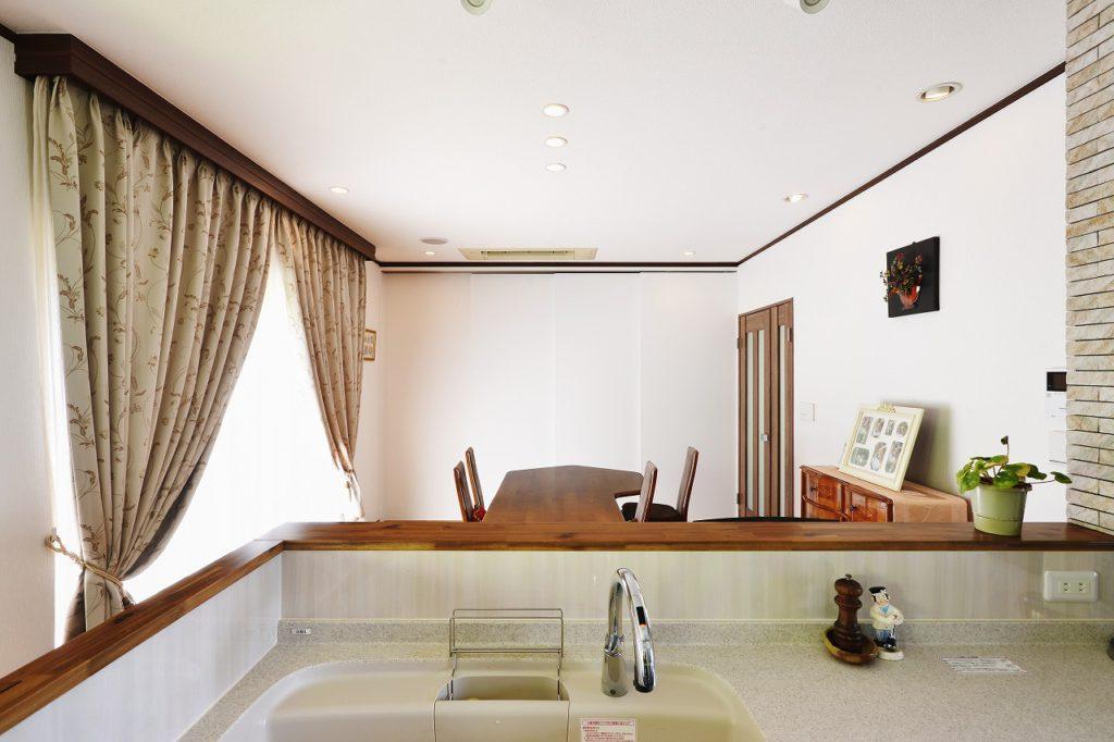 【LDK】 リビングを応接室として間仕切る際も、違和感のなく壁に見えるデザイン