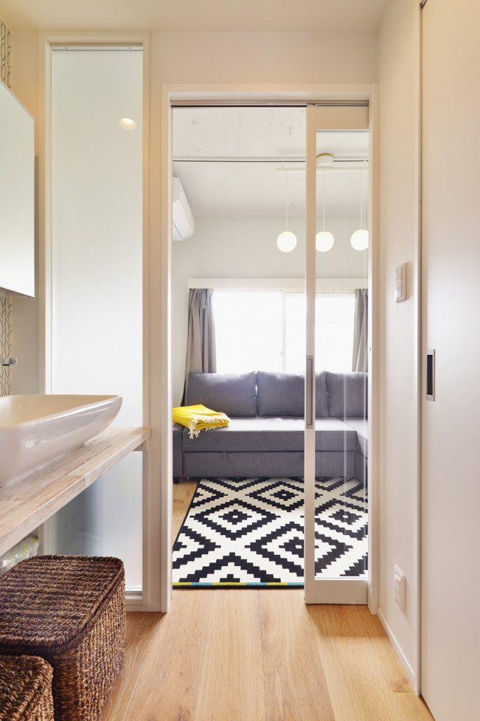 【洗面~寝室】 廊下からつながるベッドルーム 使っていない時にはセカンドリビングに ガラス戸はどこでも家族を感じるアイテムです