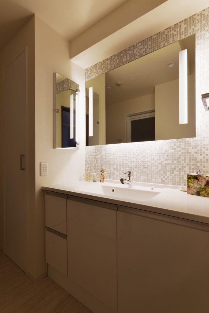 【洗面室】 朝は忙しい、余裕がない。そんな時だからちょっと贅沢な時間にしてみる。間接照明と、光をしたから回すプランで顔映りがぐっとよく、お出かけ前の気分も上がる!
