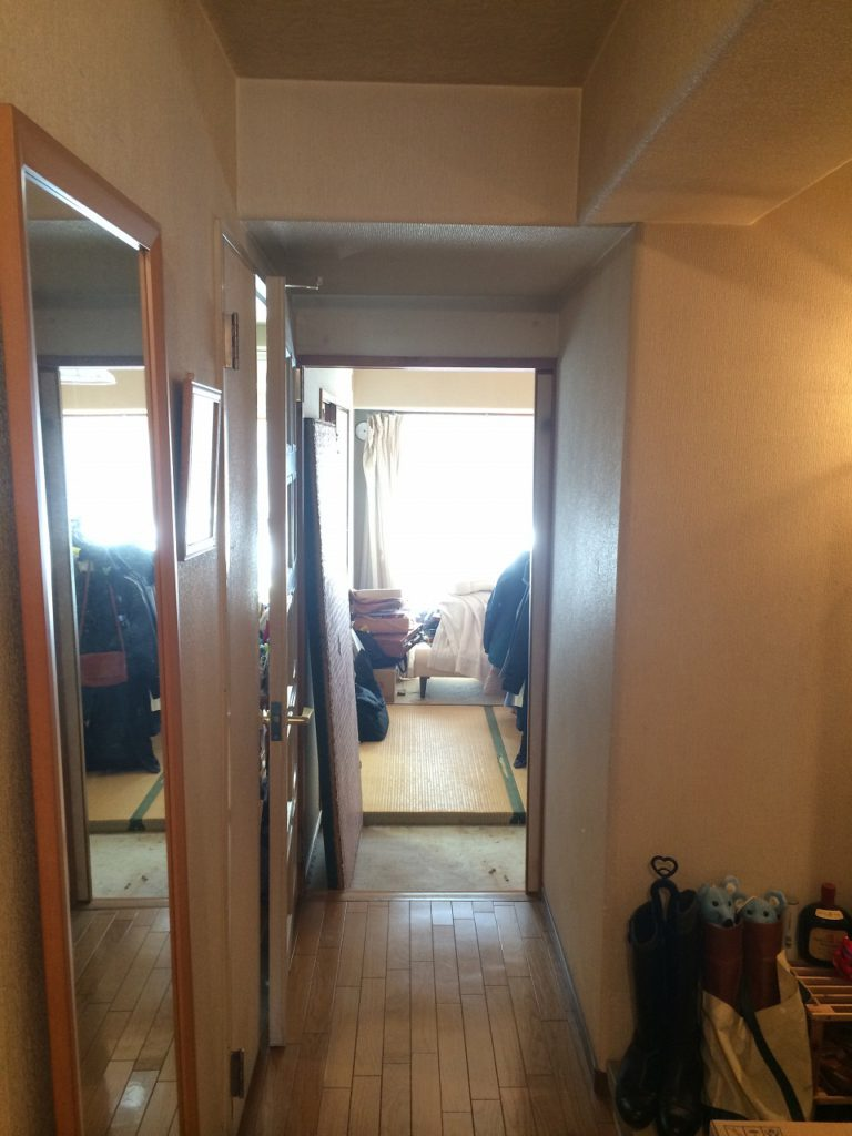 【玄関廊下(Before)】 以前は狭く暗い廊下でした。