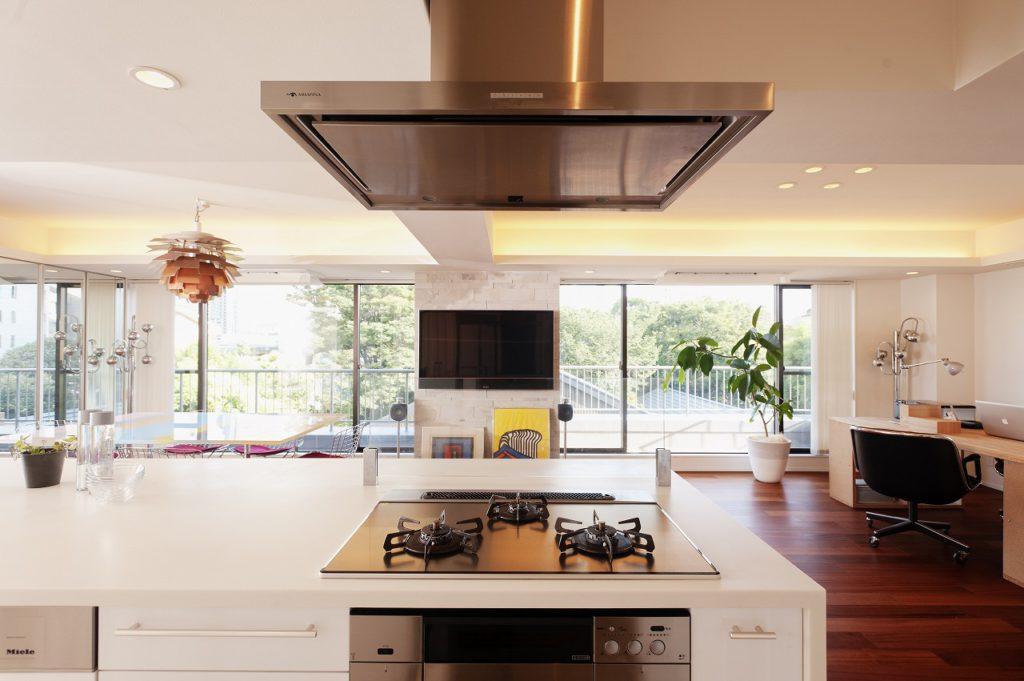 【LDK】 キッチンに立つと目線の先に 大きな窓面からの緑が広がります