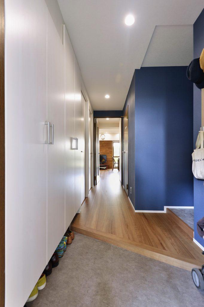 【玄関】青い壁と白い壁。既存の建具を残すためのアイデアだったが、それ以上の効果がありました。玄関が家の顔。我が家らしい個性です。