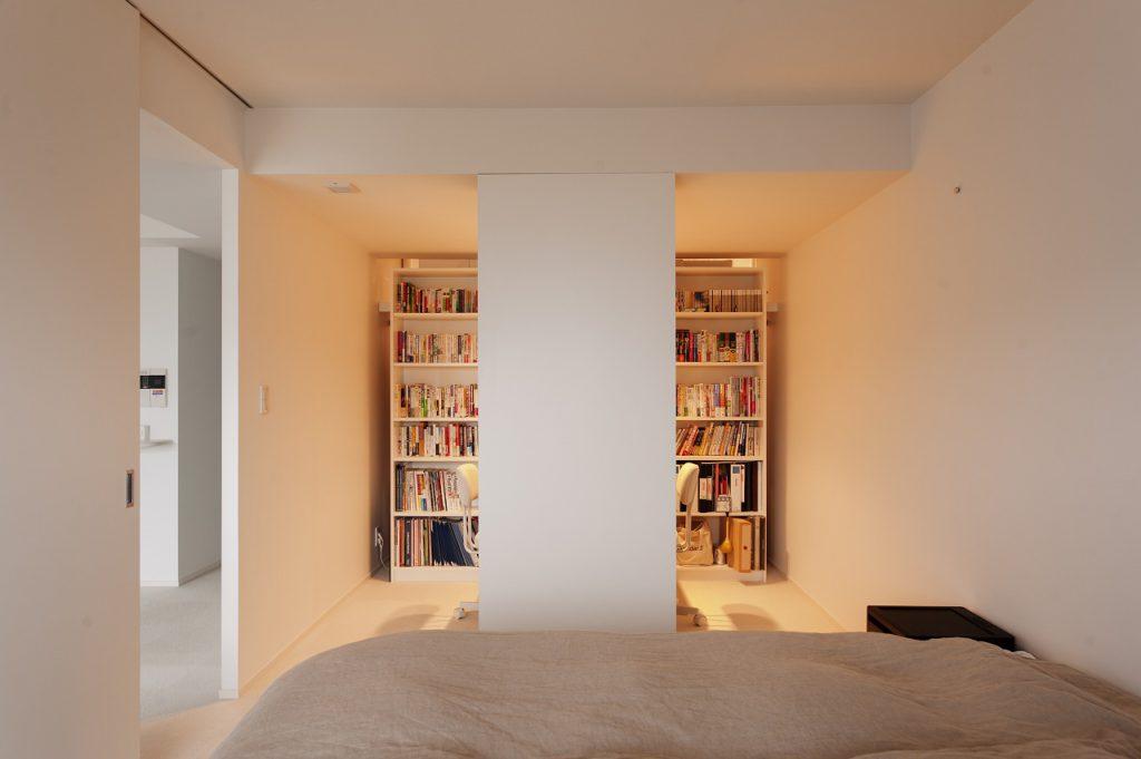 【ワークスペース】 寝室-ワークスペース-ウォークインクローゼットはひとつながりの空間を家具で仕切っております