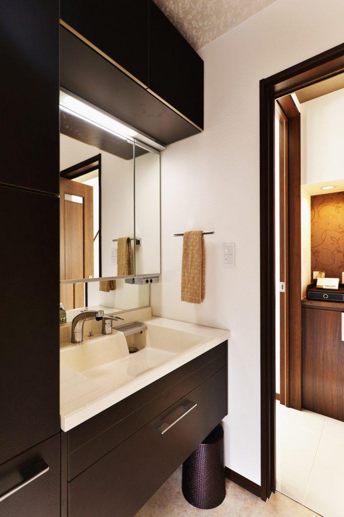 【洗面室】 機能性と上品さが詰まっています。 レザー質感の面材が上品に 洗面室空間を演出します。