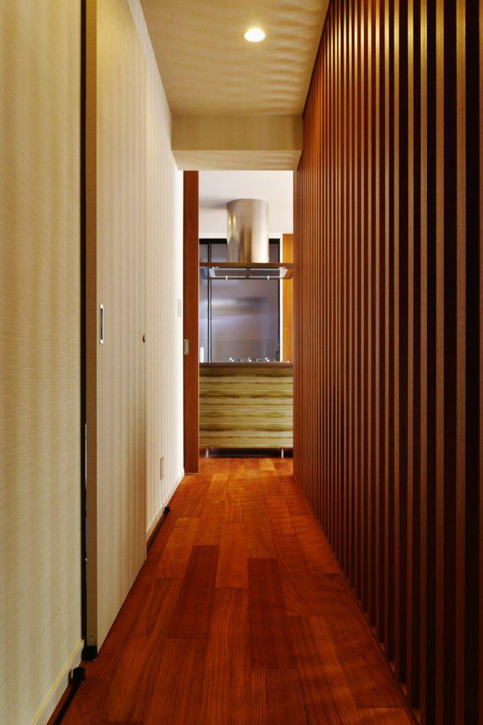 【廊下】 格子で仕切られた廊下。洗面・トイレの入り口は引戸ですっきり見せています