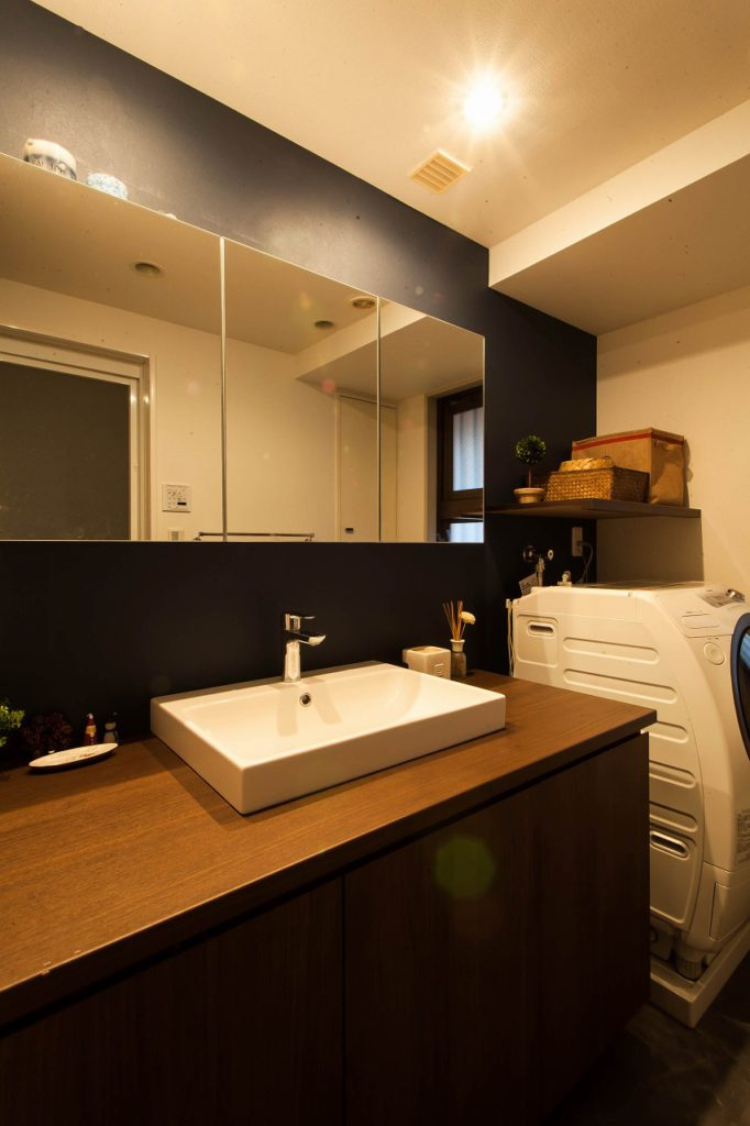 【洗面室】 朝の支度はキリッと決めたい!だからここはあえてイメチェン。モダンでシャープ 緊張感を高めます。