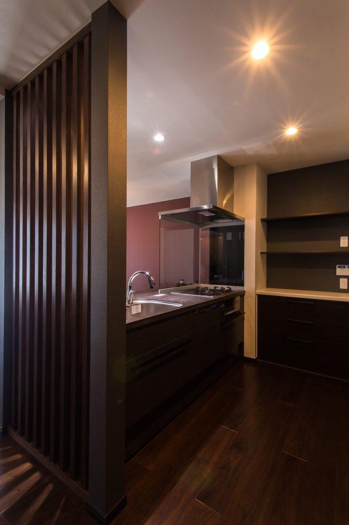 【キッチン】 構造柱を活かした縦格子とダークグレーの セラミックカウンターキッチンは、 まさに相性ばっちりです。
