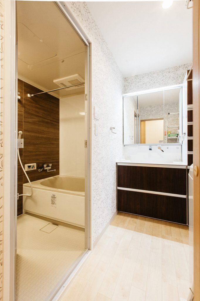 【洗面・UB】 廊下、キッチンからの回遊動線を作ることで、家事動線を短縮。