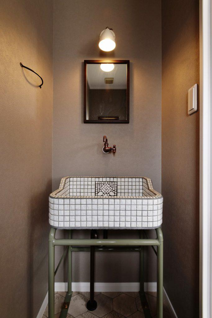 【トイレ】 トイレ手洗いはモザイクタイルで作るタイルシンク。