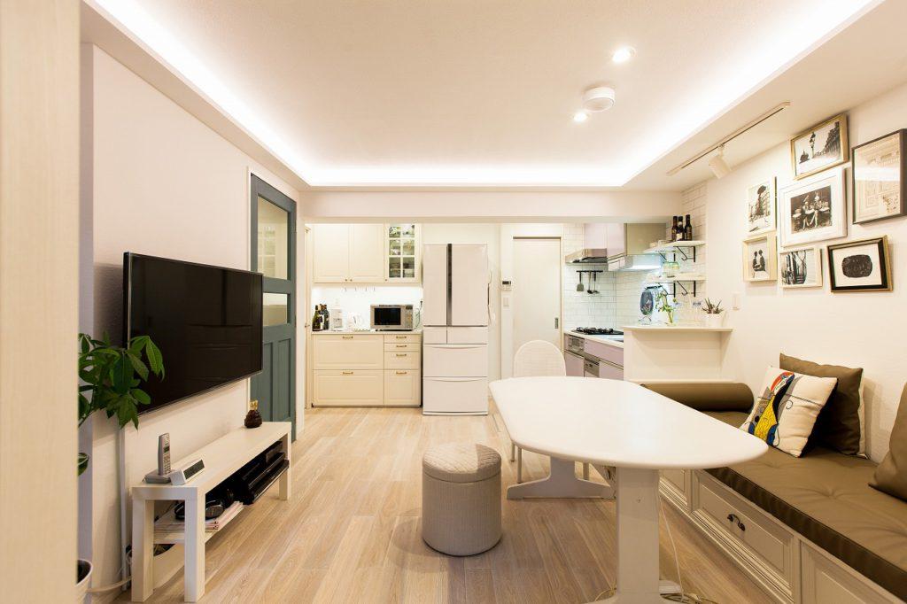 【LDK】 壁面に収納を付け、キッチン奥にはパントリー兼W.I.C.で収納力アップ。キッチン前のフリースペースは ゆとりを感じるための物。