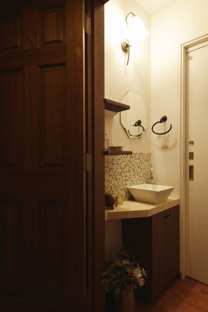 【1F トイレ手洗い】 トイレには造作手洗いカウンター