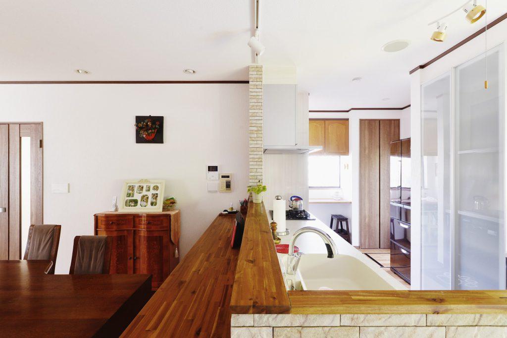 【DK・ワークスペース】 既存の吊戸やダイニングテーブル・収納と、新規カウンターや建具の木目をあわせて統一感のある空間