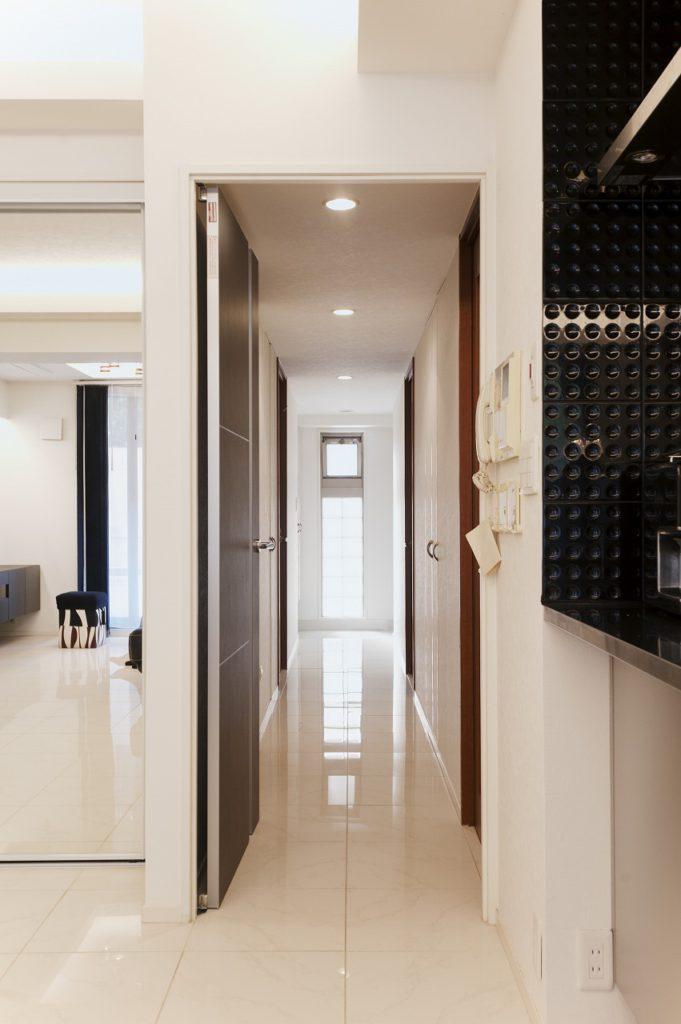 廊下もリビングと合わせてタイル仕上げ 。その先にある玄関も同じです。 床材を合わせると、空間は広く感じます。コーディネートだけでないアイデアがここにはあります。