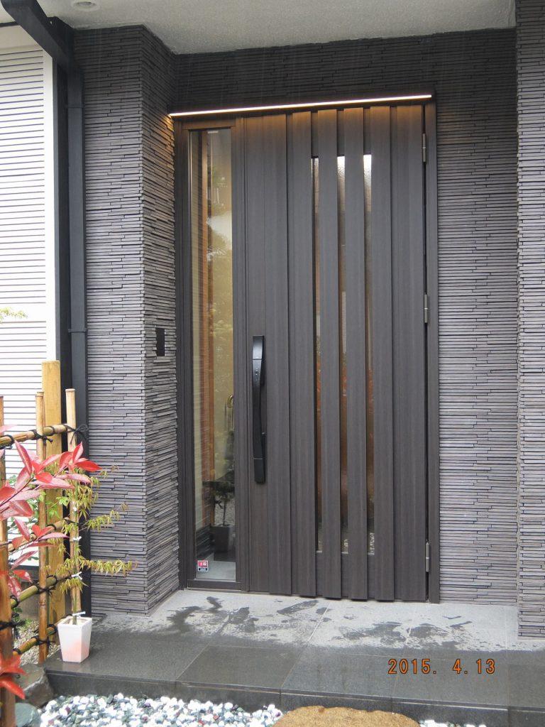 【玄関外】 玄関ドアとその周りのタイルを張替えました。和風な空間に調和しています。