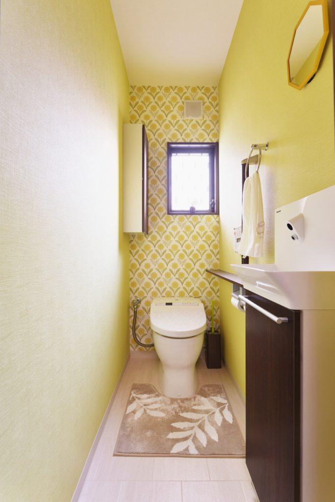 【トイレ】 黄色をベースに背面にアクセントクロスを貼りました。