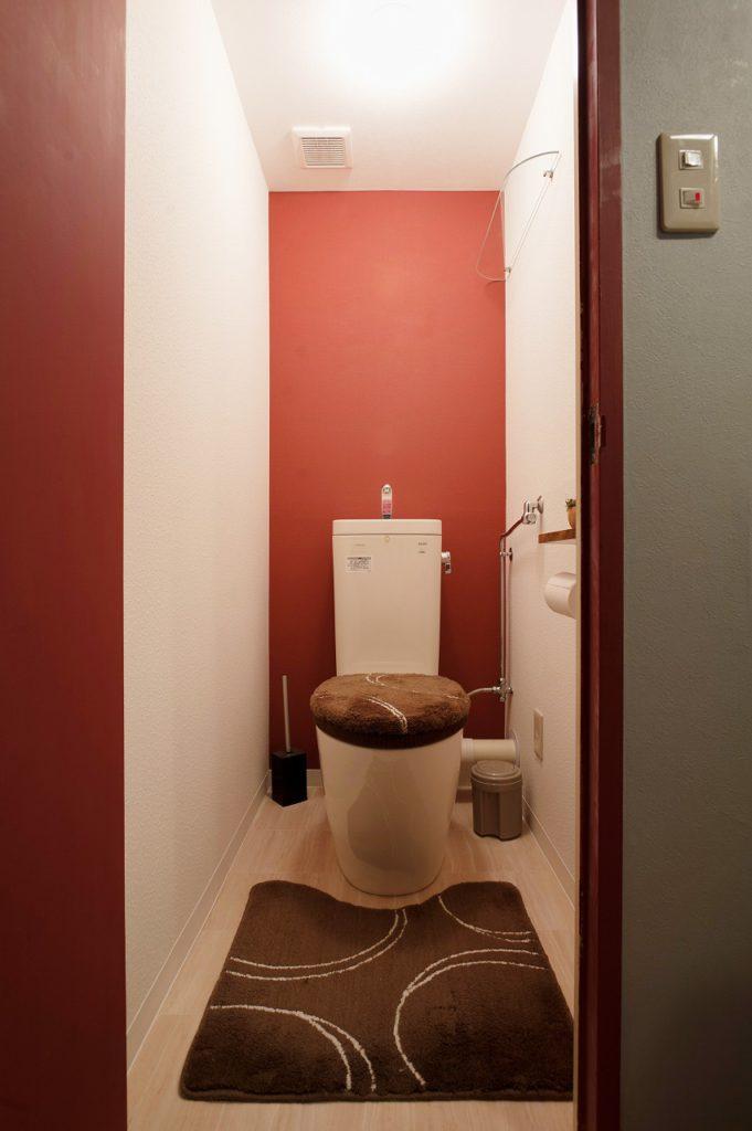 【トイレ】 上品なレッドでまとまったトイレ空間は ドアもお施主様によりレッドで仕上がりました。 素敵です!