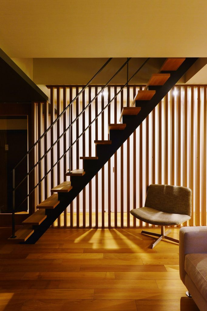 【階段】 格子、階段、アイアンの手摺など各々のラインが組み合わさってのデザインとなっています
