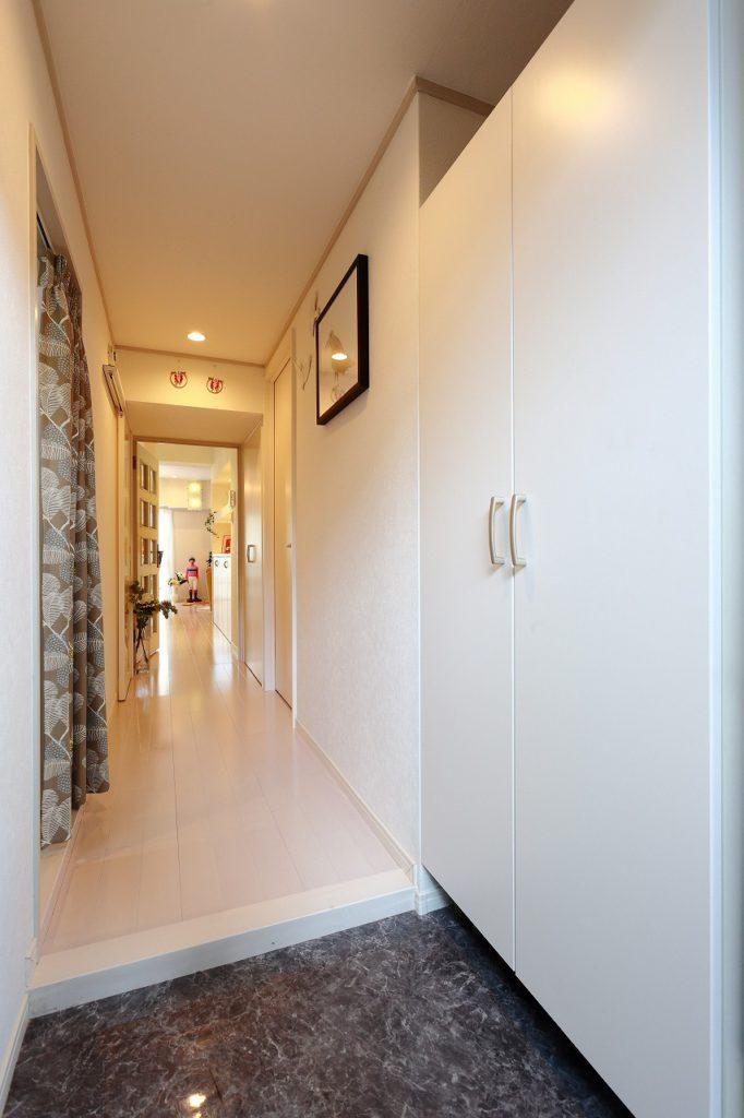 【玄関~廊下】狭く感じがちな玄関・廊下も、S様のデコレーションで明るい印象に。自分達も帰ってくるのが楽しみになるように、来てくれた人が楽しんでくれるように。そんな心遣いが伝わる、S様の家の顔です。