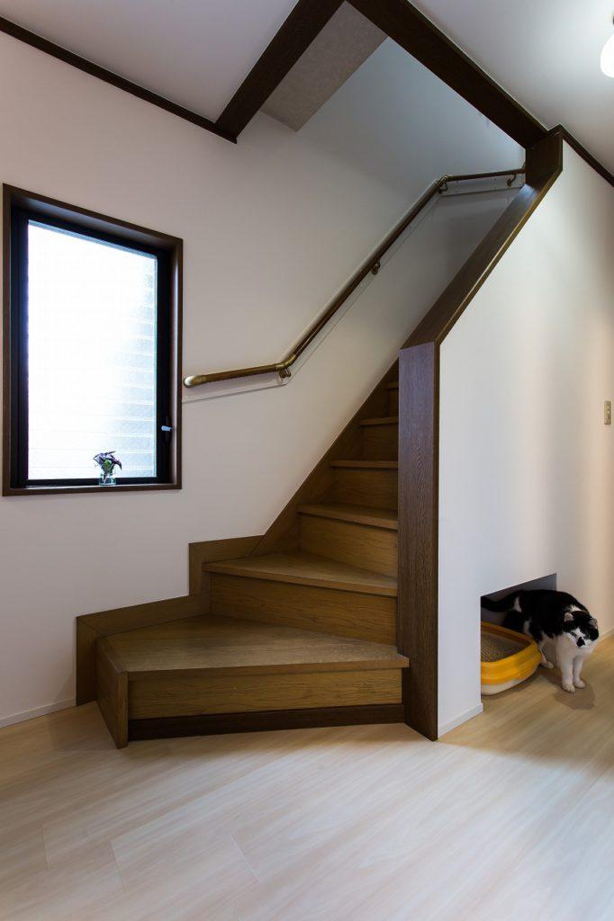 【階段・廊下】 階段下のデットスペースには、愛猫様のスペースもつくり、ご満足いただけました。