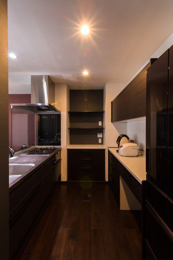 【キッチン】 正面突き当たりのカウンタ-収納は、 多目的スペ-ス。ご夫婦のipadで 予定の確認やレシピチェックの場所。