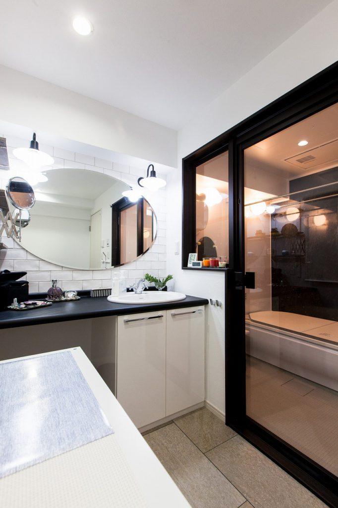 【洗面・ユニットバス】一番こだわりたかったところ。大きな窓から入る光が浴室まで届きます。 朝のメイクの時間がとっても好きな時間。 造作の洗面台と石材の床ホテルライクなサニタリー。(ユニットバス:TOTO サザナ)