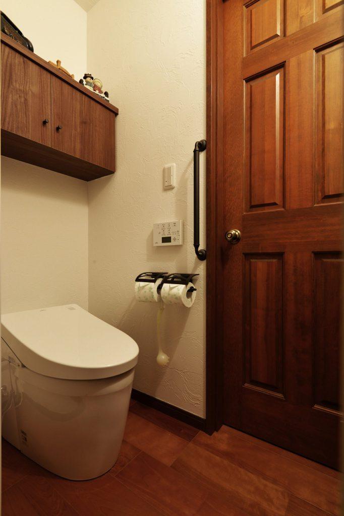 【1F トイレ】 タンクレストイレ 吊戸棚:造作家具 壁:漆喰仕上げ