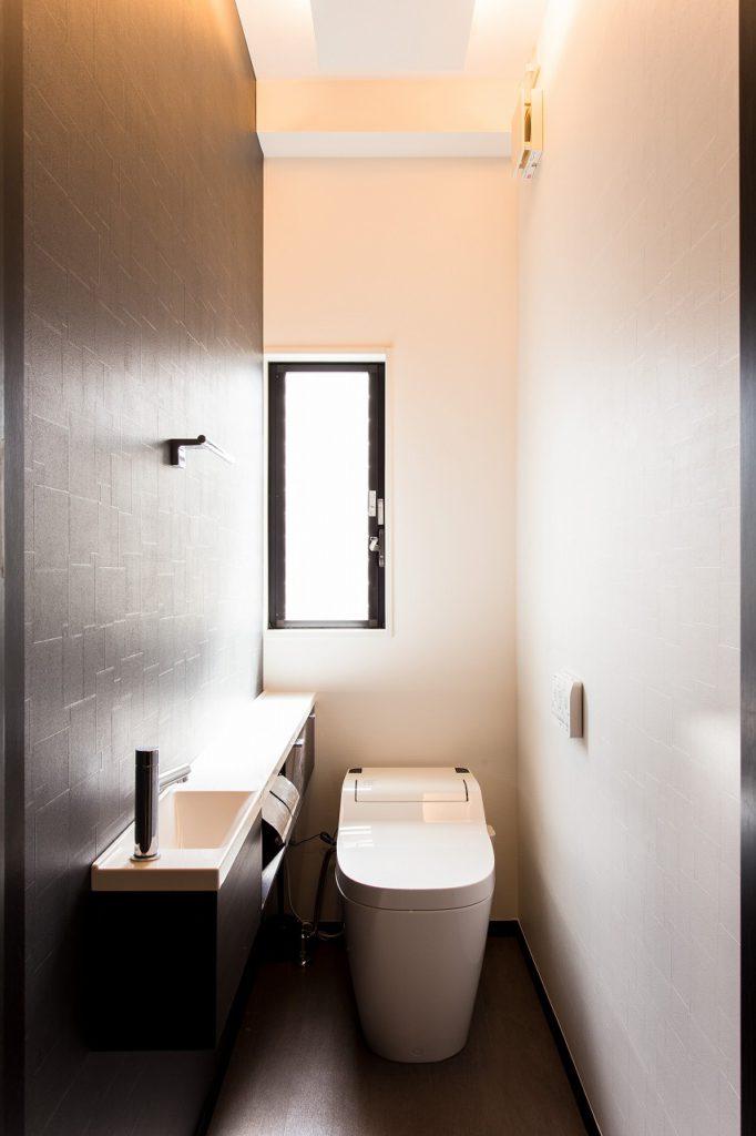 【トイレ】 階段下で段差もあり暗かったトイレは移動しました。元の納戸の窓も活きています。壁に光が伝わりました。
