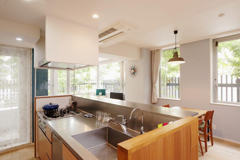 【LDK】 キッチン天板からバックガード、 跳ね出しカウンターまでステンレスで つながりを持たせております。