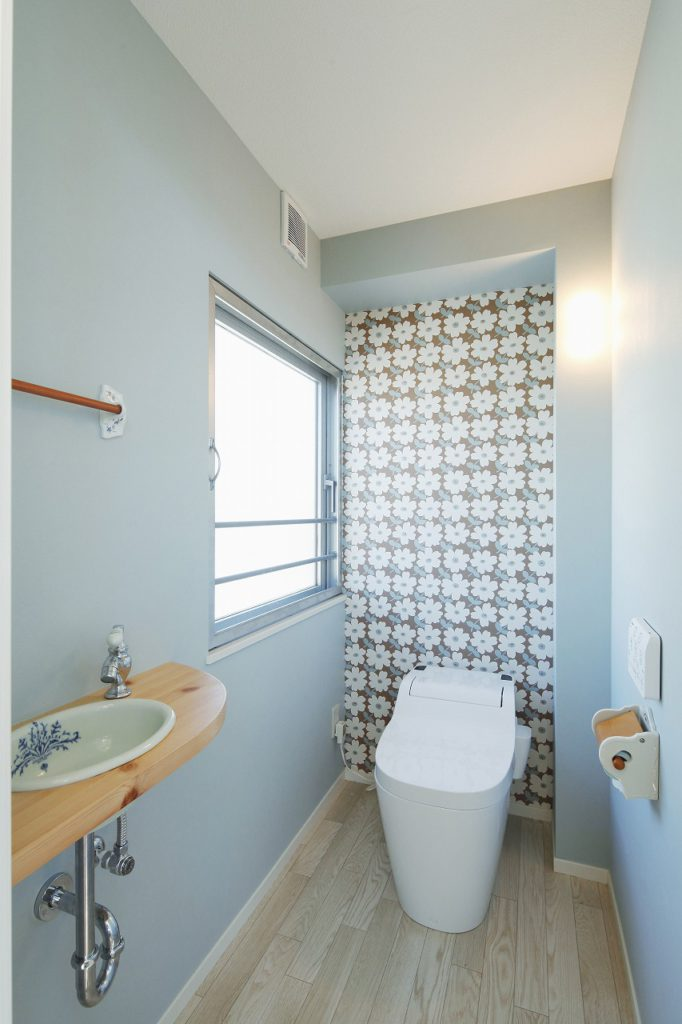【トイレ】 一面だけ華やかなアクセントクロスを 使用したトイレ。リフォームプライス八王子店で 展示されているトイレのデザインが 気に入られてご自宅に採用