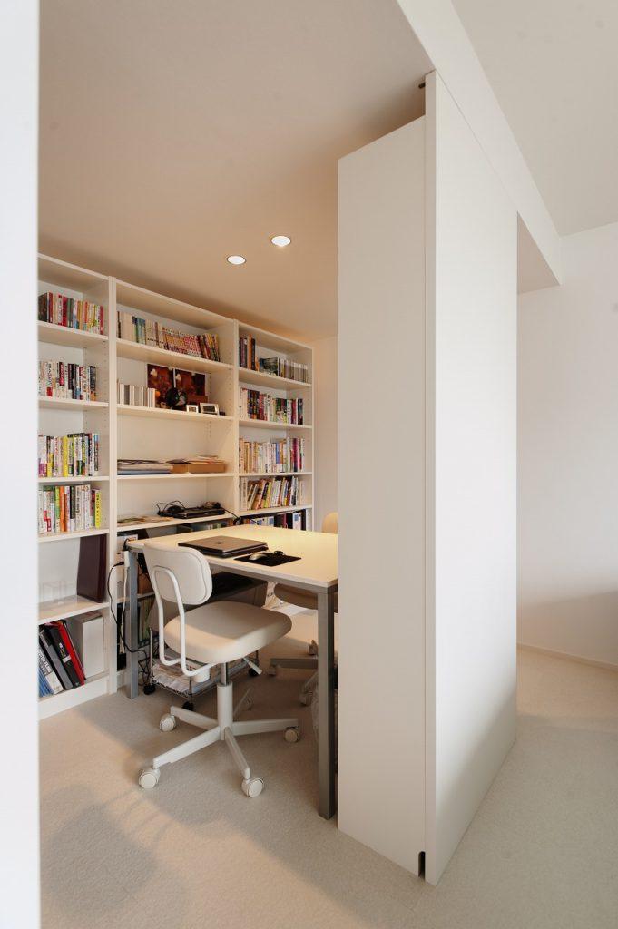 【ワークスペース】 IKEAの家具を組み合わせ、 ワークスペースを構成しております