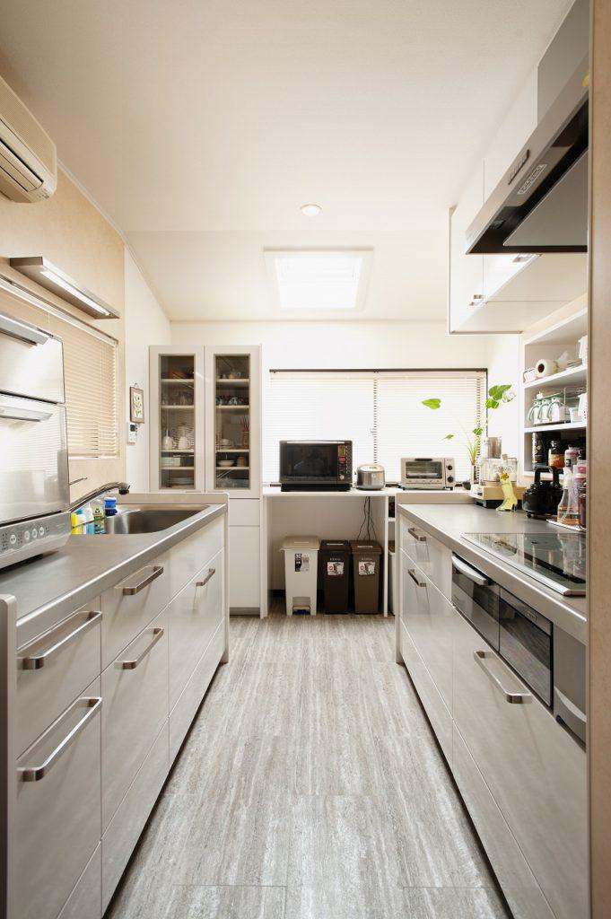 【キッチン】 Ⅱ列型のキッチンへ!食器棚とカウンター収納を設けました。