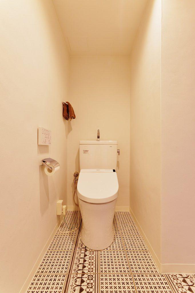 【トイレ】 床にはクラフトタイルを使う トイレだからこそ、好きなものにこだわる お掃除が苦にならない秘訣です