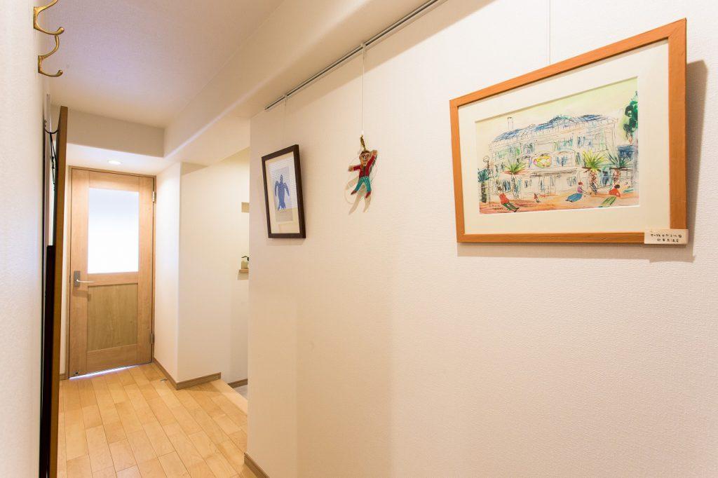 【玄関廊下(After)】 下がり天井にひとつダウンライトを足すだけで明るく。絵画のスペースも。