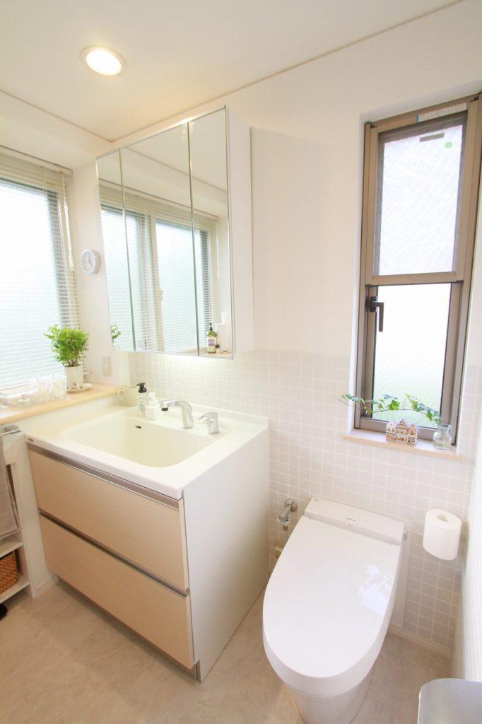 【トイレ・洗面】 壁にはタイルを貼り清潔感を演出しました。洗面台はマルチユースボールでわんちゃんの足が洗いやすくなりました。