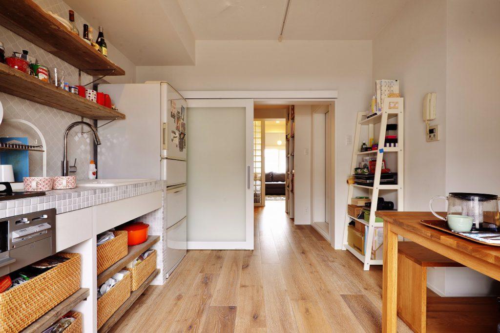 【ダイニングキッチン~廊下】リビングから家全体が見渡せます 対極にある空間をガラスの引き戸が仕切る 空間は独立 視線はオープン フランクな家族をつくる要素かな