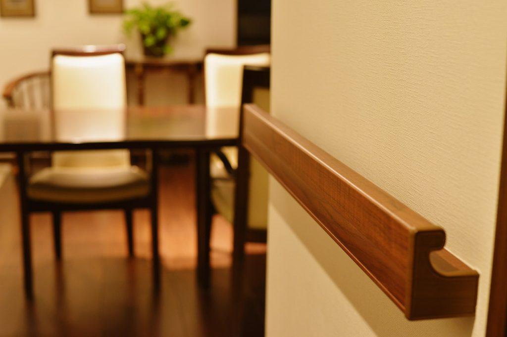 【完成写真】 さまざまな空間にすっきり納まる凹凸の少ない美しいデザイン手摺