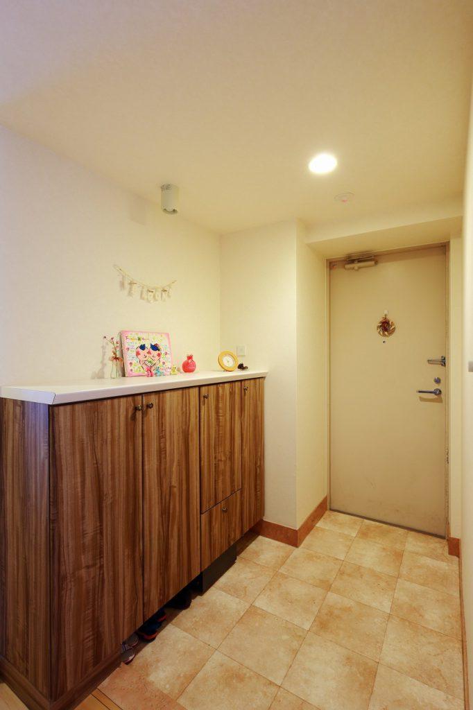【玄関】 玄関収納も扉のリフォームのみ。 一緒に内装や土間の張替えを行うことで お施主様好みの雰囲気が実現。